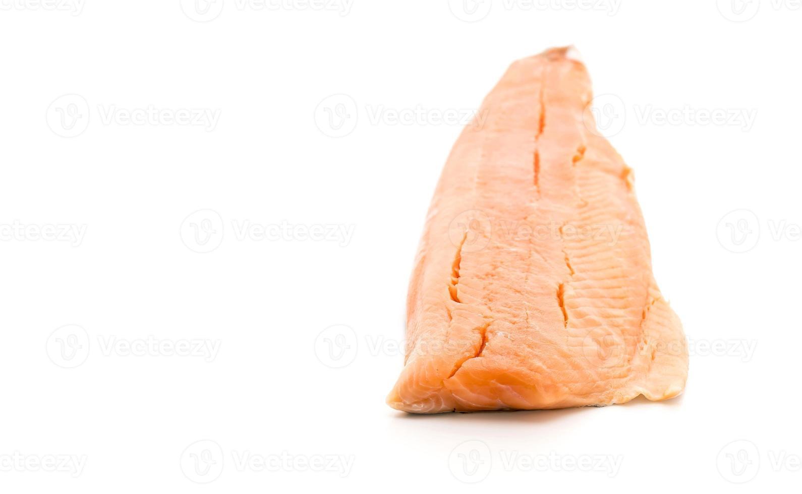 salmão fresco no branco foto