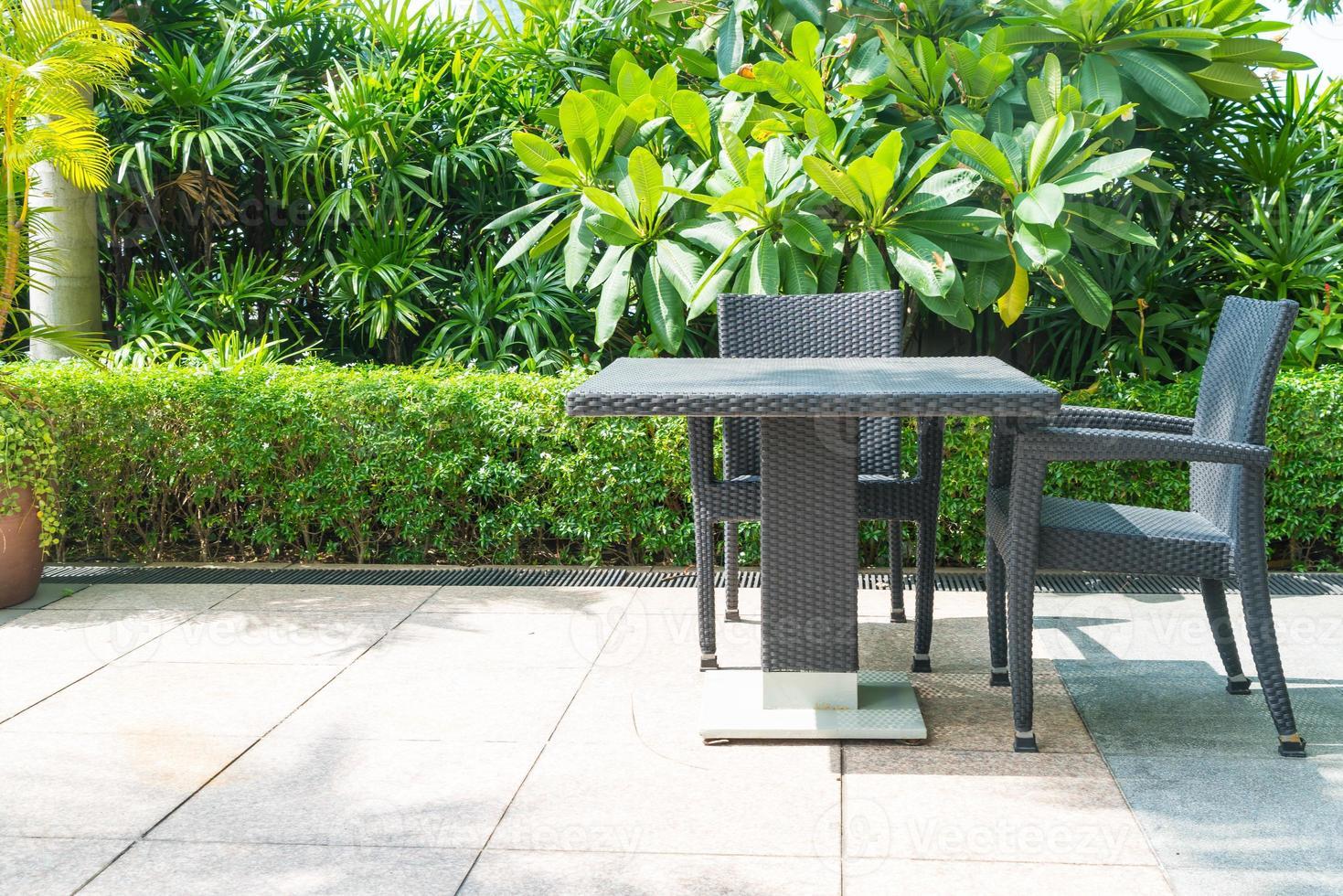 pátio externo com cadeira e mesa foto