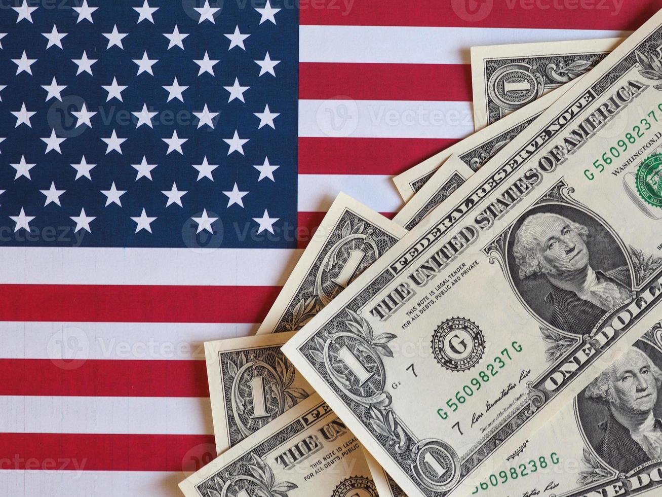 notas de dólar e bandeira dos estados unidos foto