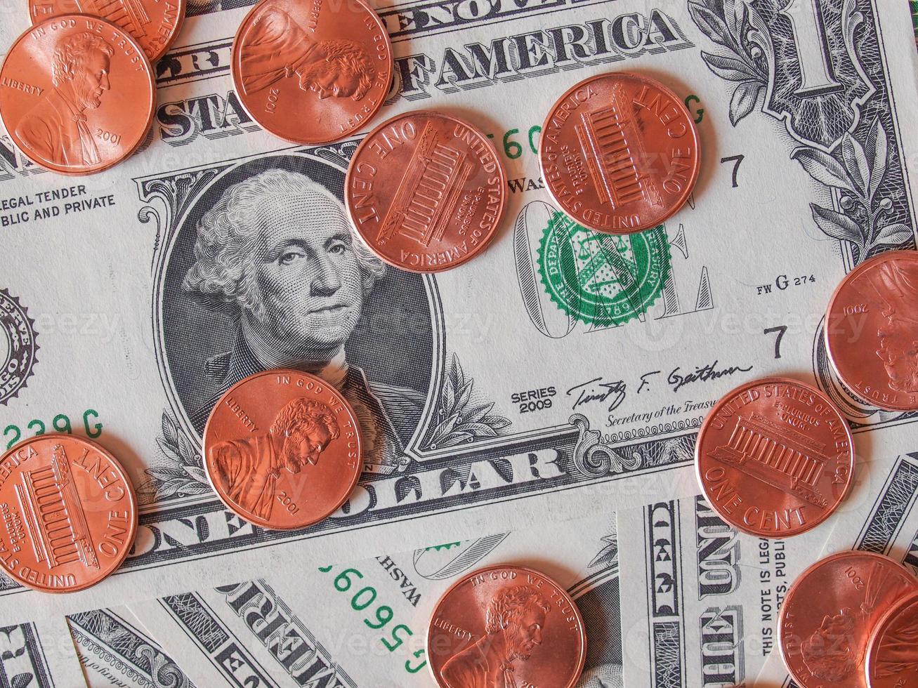 notas e moedas de dólar foto