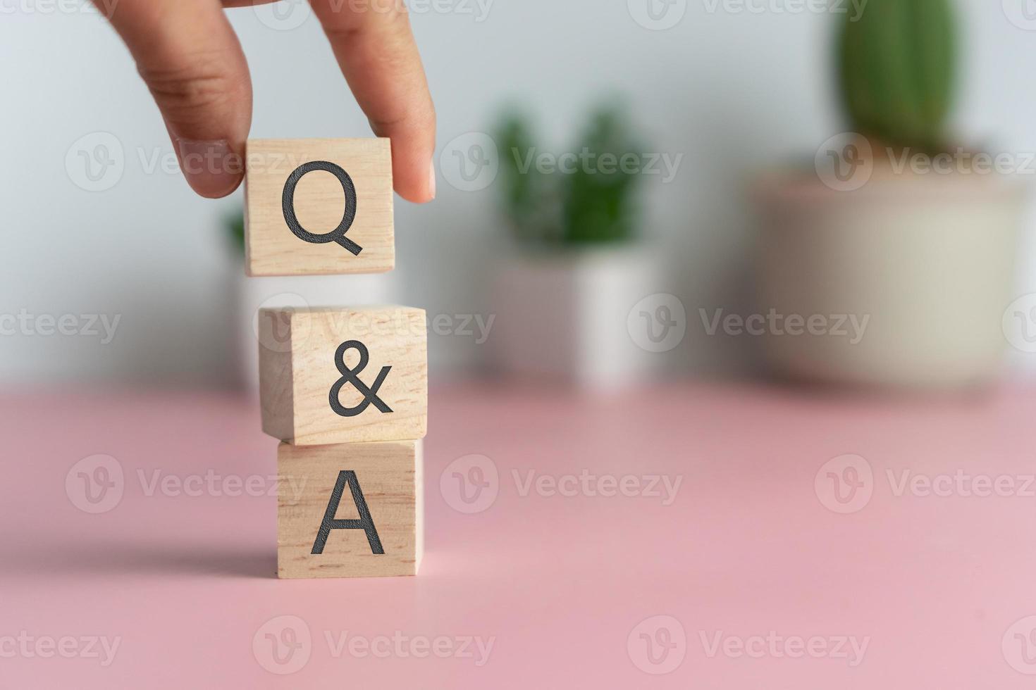 q e um alfabeto em um cubo de madeira. foto