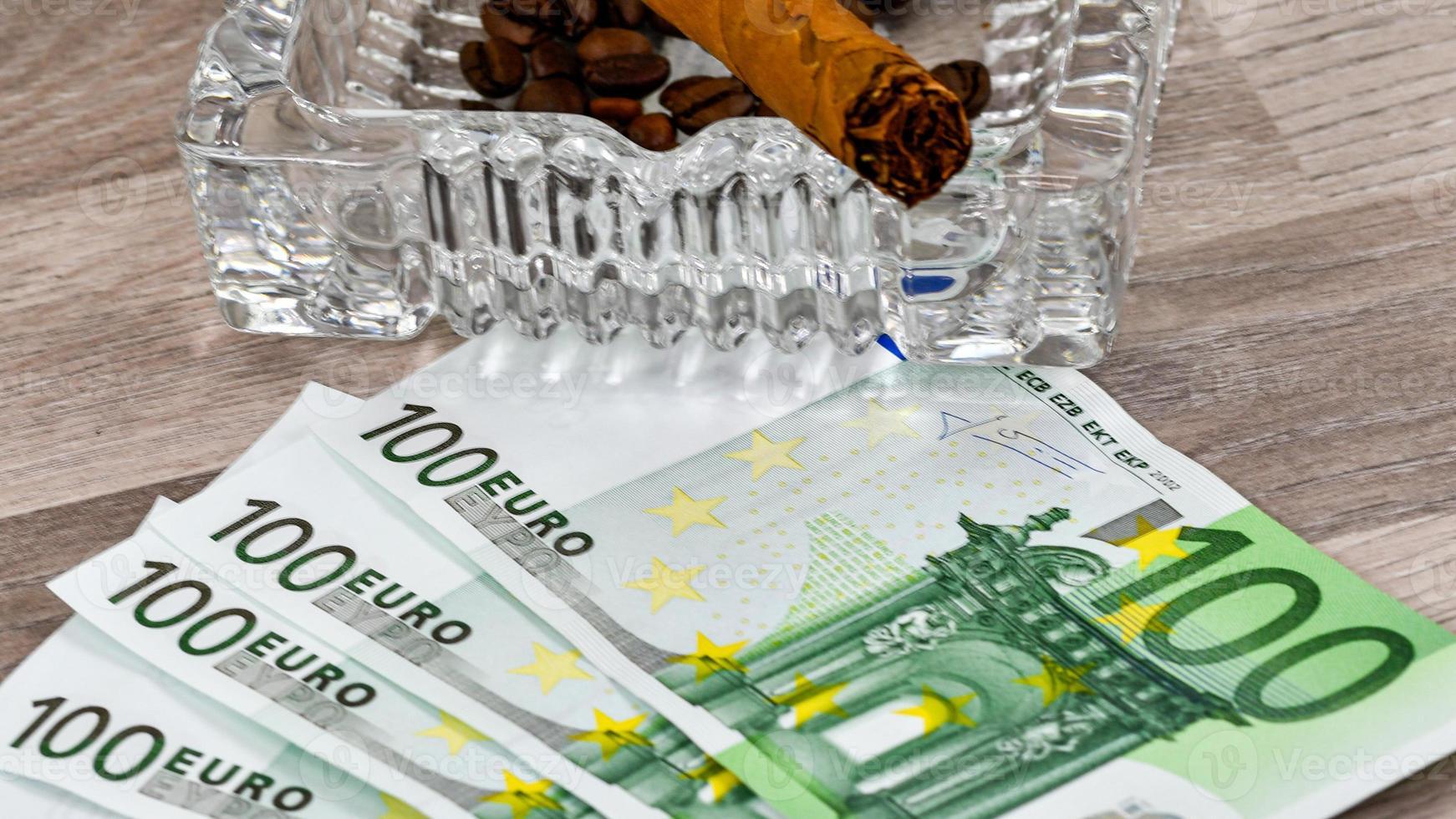 Notas de 100 euros com cinzeiro e charuto foto