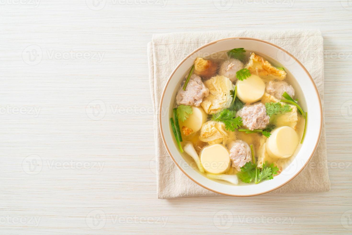 sopa de ovo frito ou sopa de omelete com carne de porco picada foto