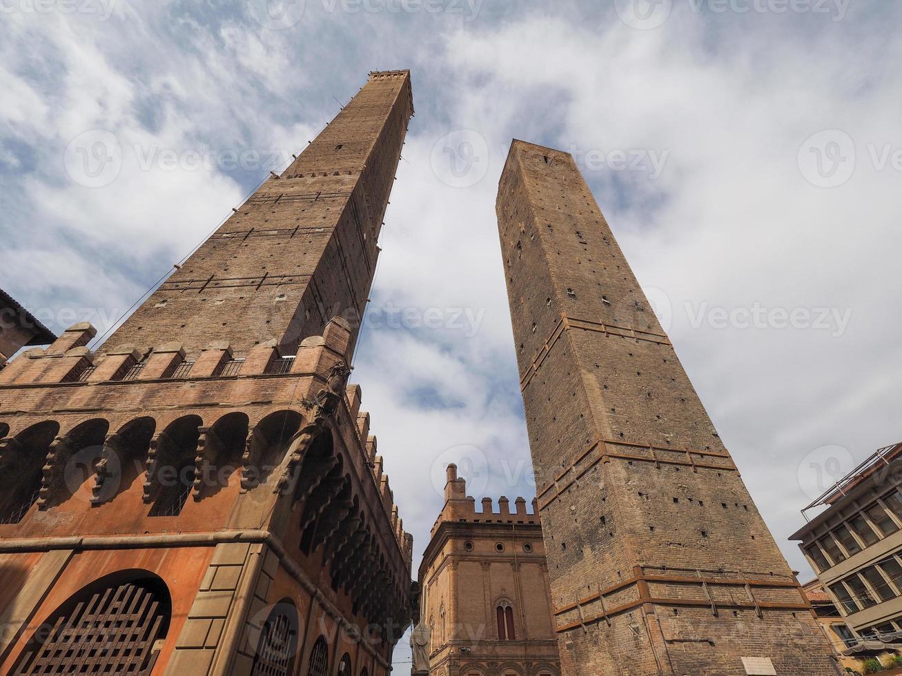 due torri duas torres em Bolonha foto