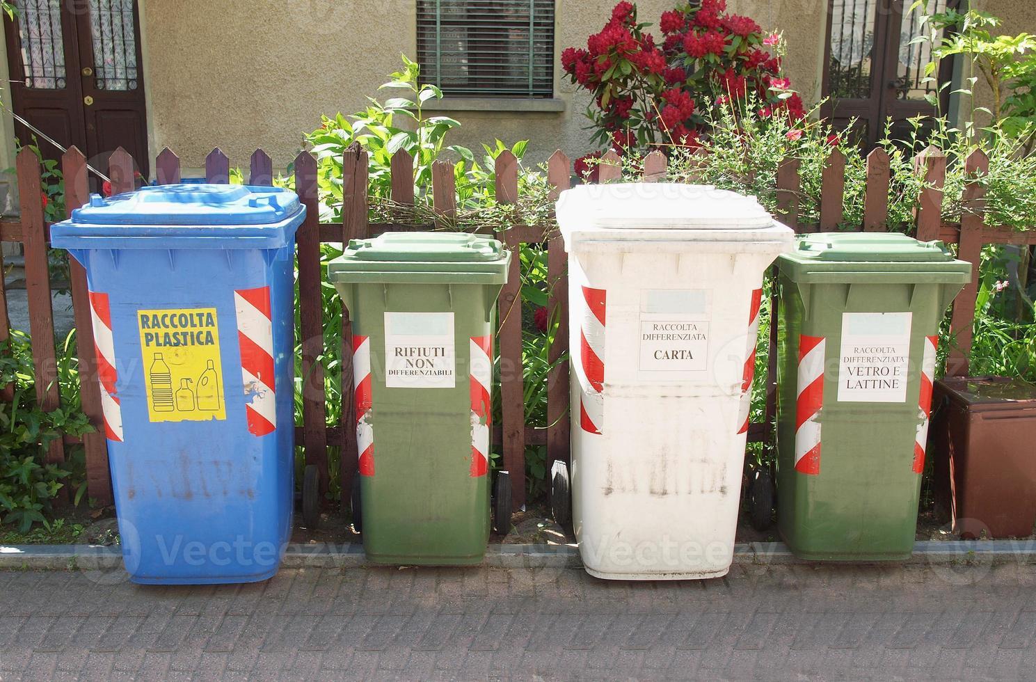 latas de triagem de lixo foto