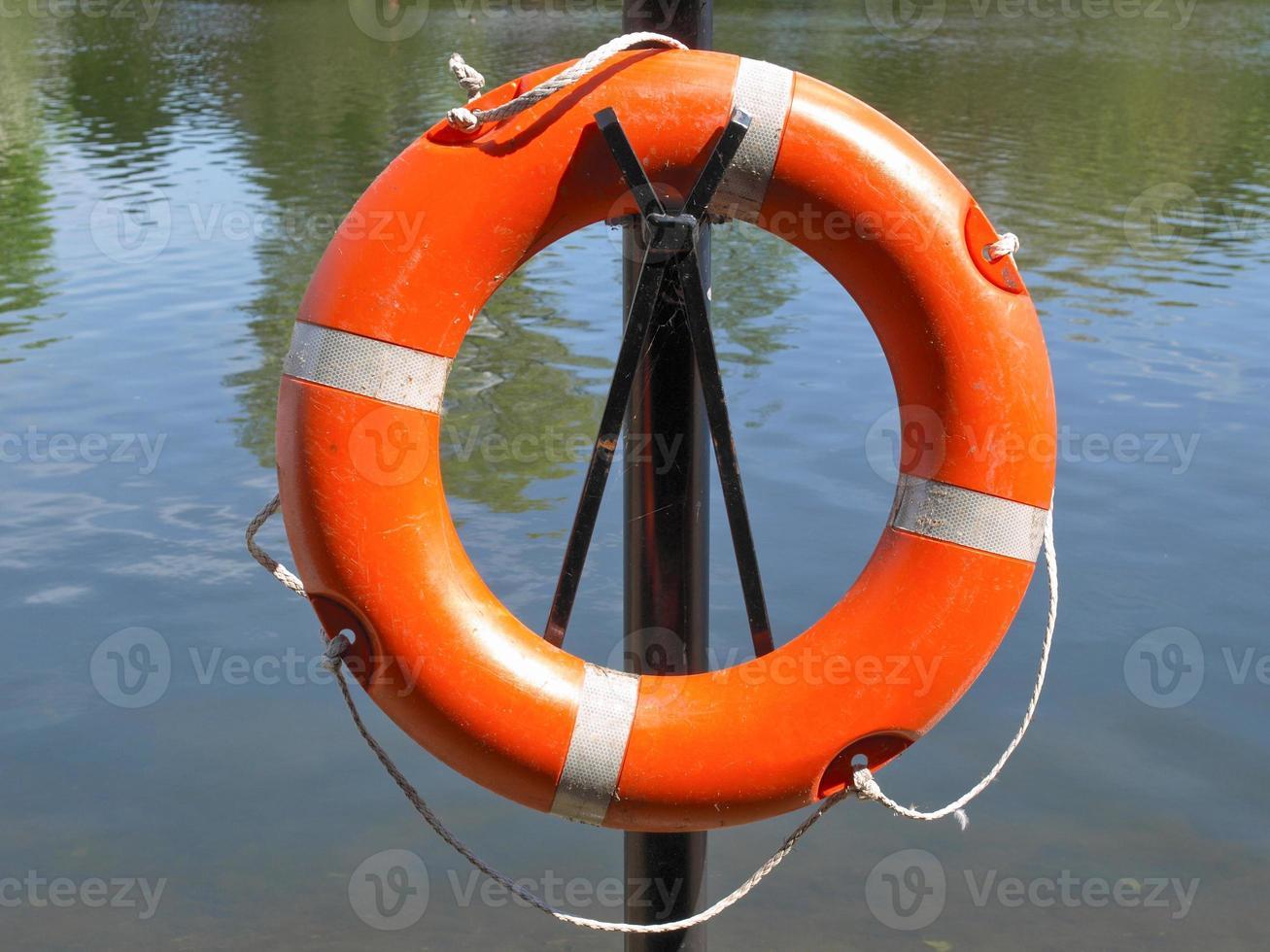 bóia salva-vidas ao lado da água foto