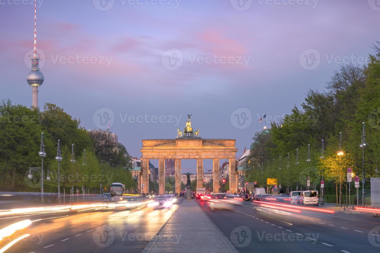 o portão de brandenburgo em berlim ao pôr do sol foto