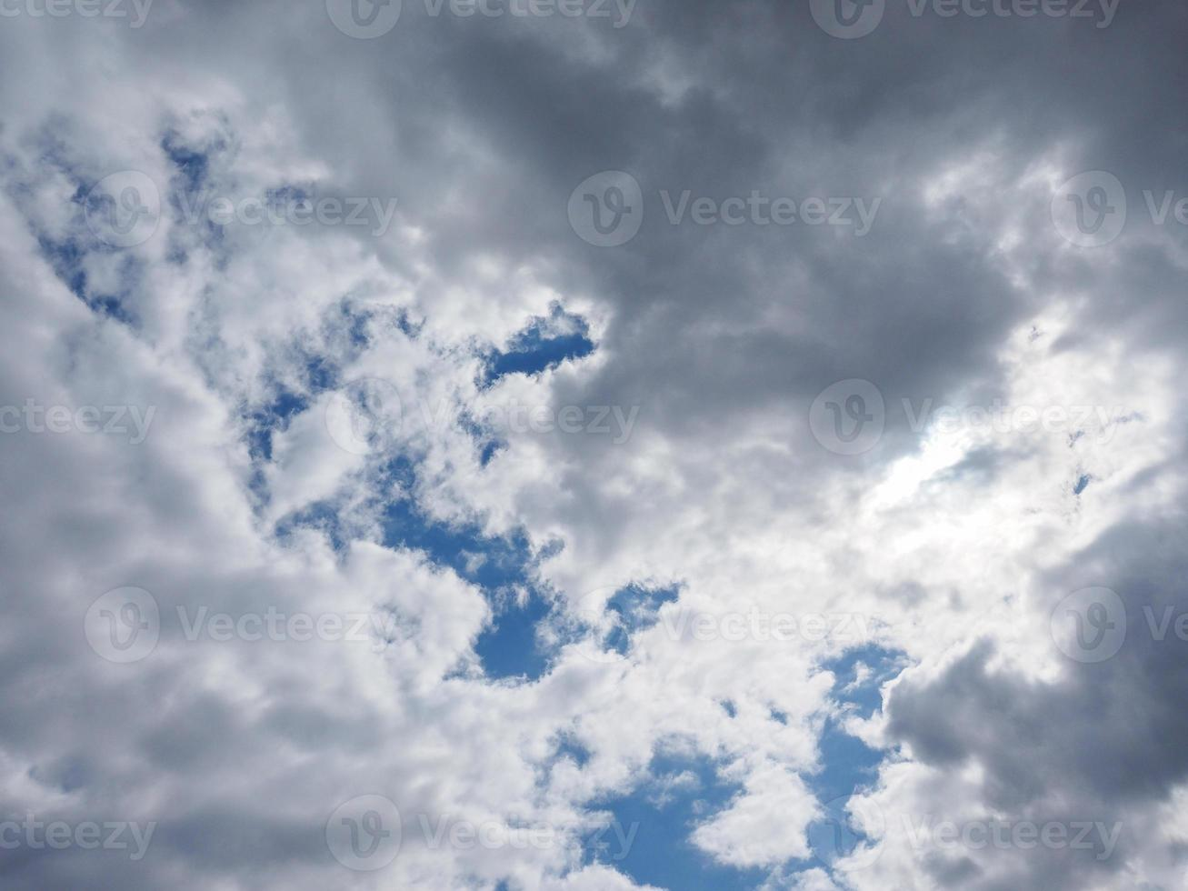 céu azul com fundo de nuvens foto