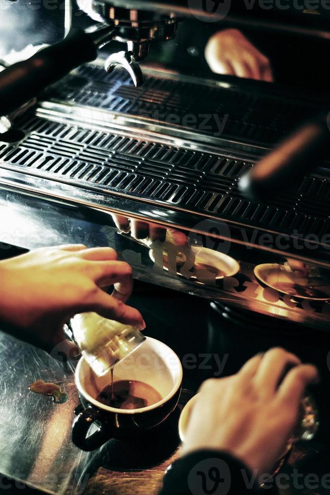 fazendo café expresso fechar detalhes com máquina de café moderna foto
