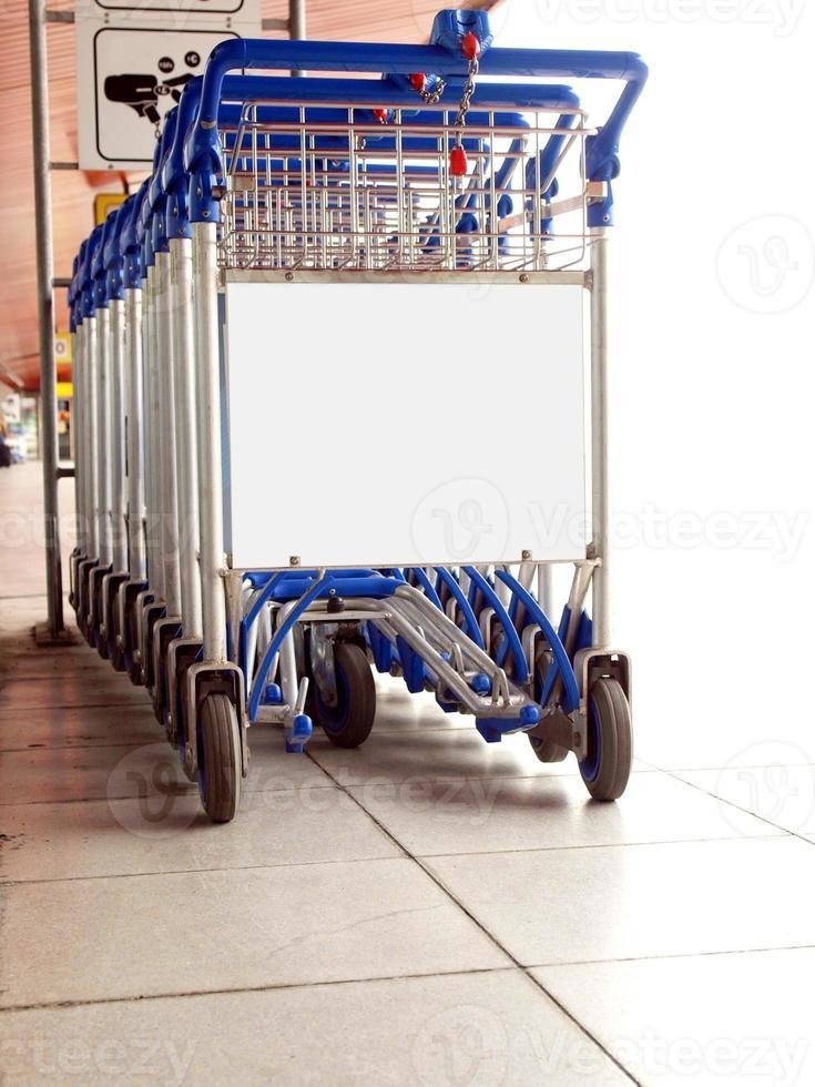 carrinhos de supermercado no estacionamento foto