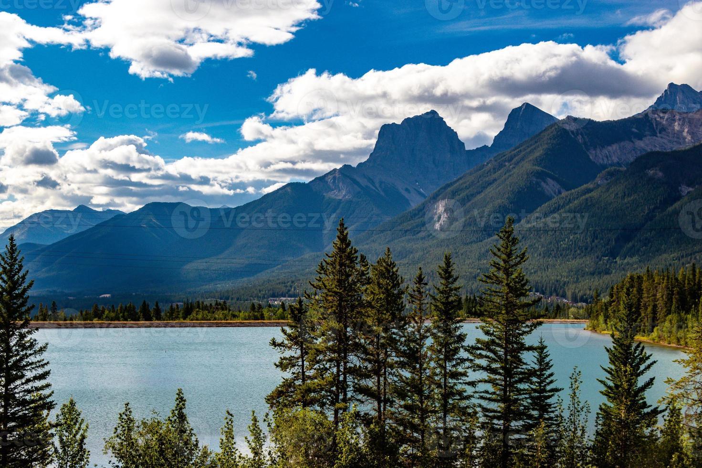três irmãs têm vista para o lago cintilante de pedreira foto