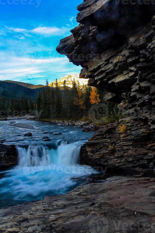 nascer do sol sobre as cachoeiras do Sheep River foto