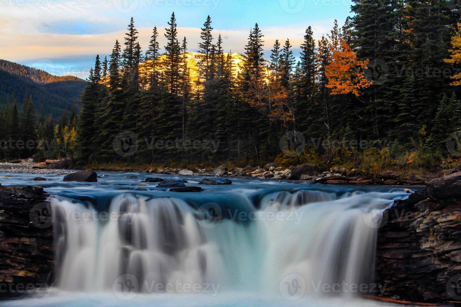 nascer do sol sobre as cachoeiras de ovelhas que se movem rapidamente foto