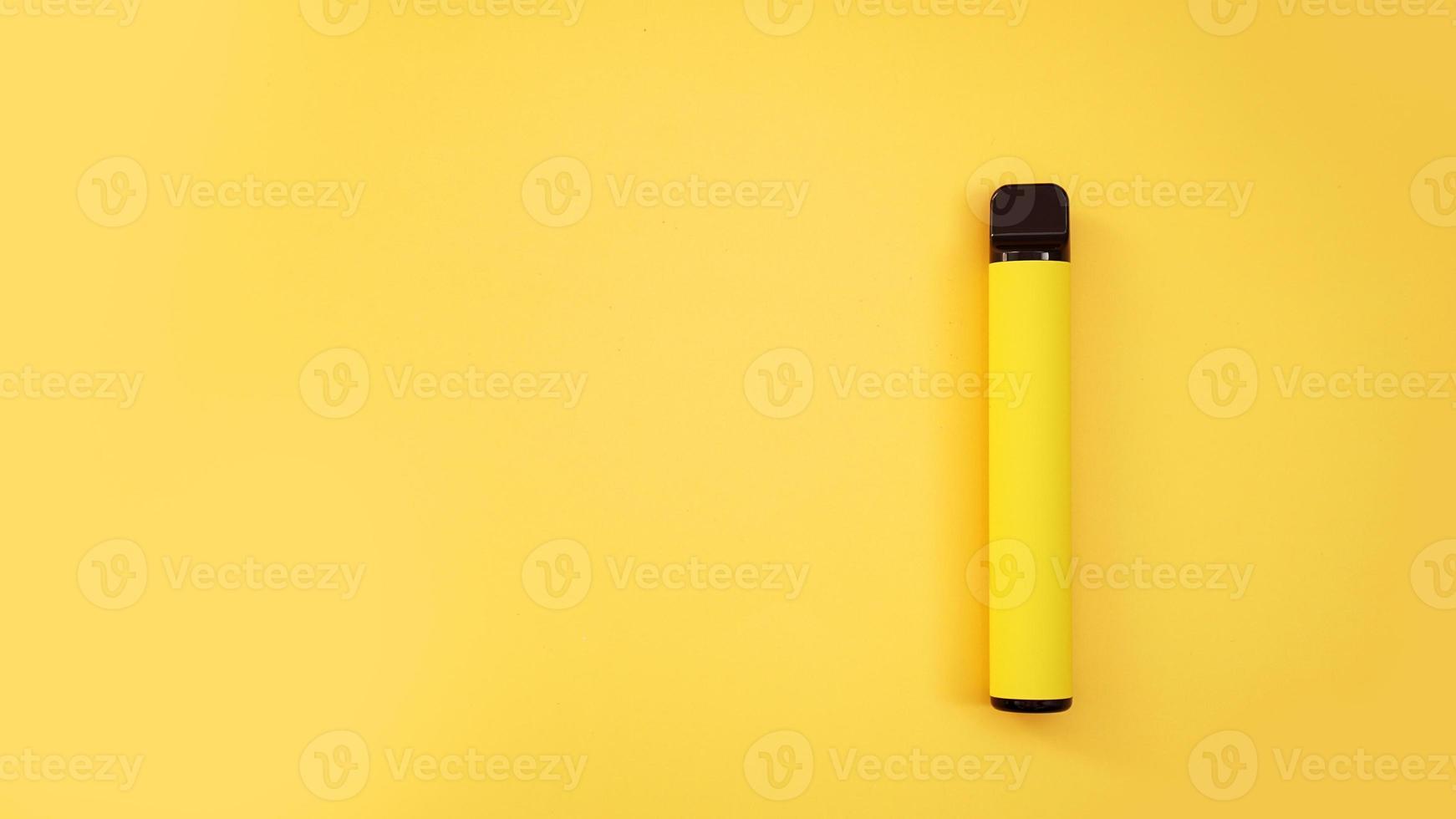 cigarro eletrônico descartável amarelo em fundo amarelo brilhante foto