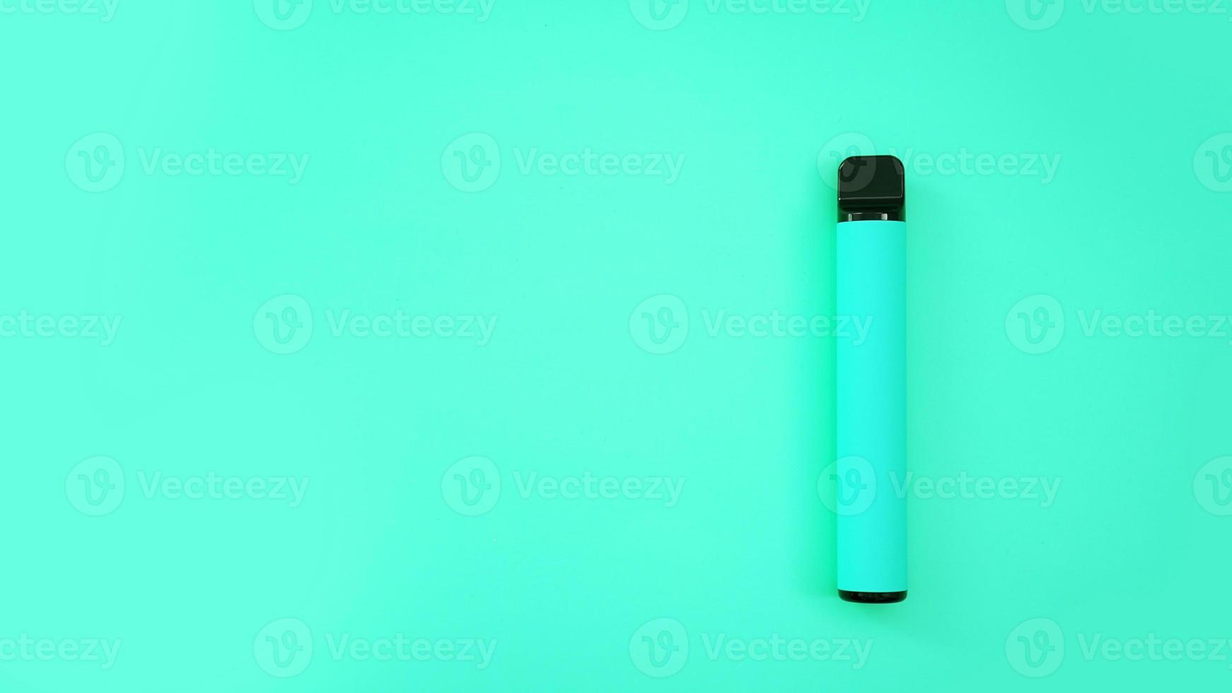 cigarro eletrônico descartável azul em fundo azul brilhante foto
