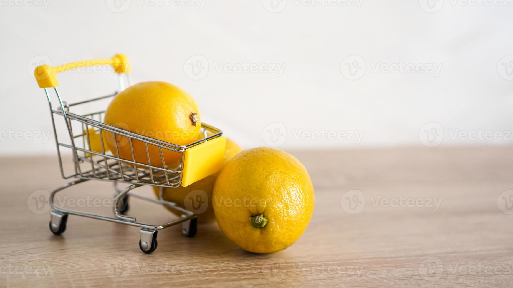 limão em um carrinho de supermercado no fundo da cozinha foto
