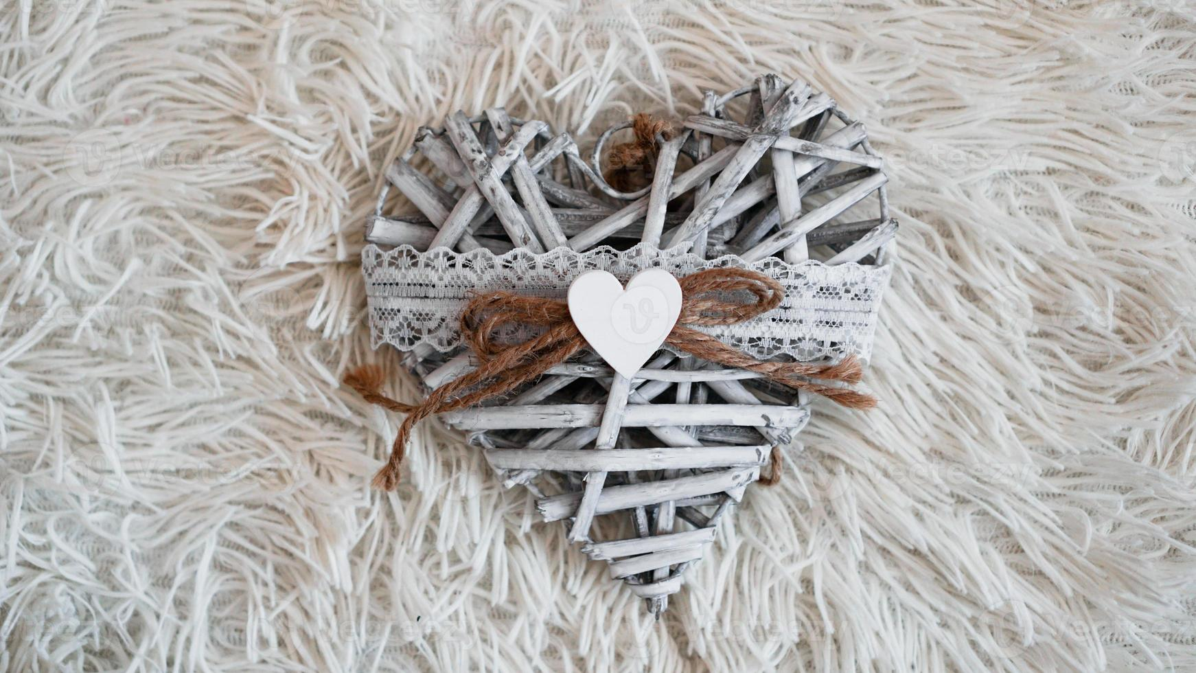coração artesanal vintage no cobertor branco macio. conceito romântico foto