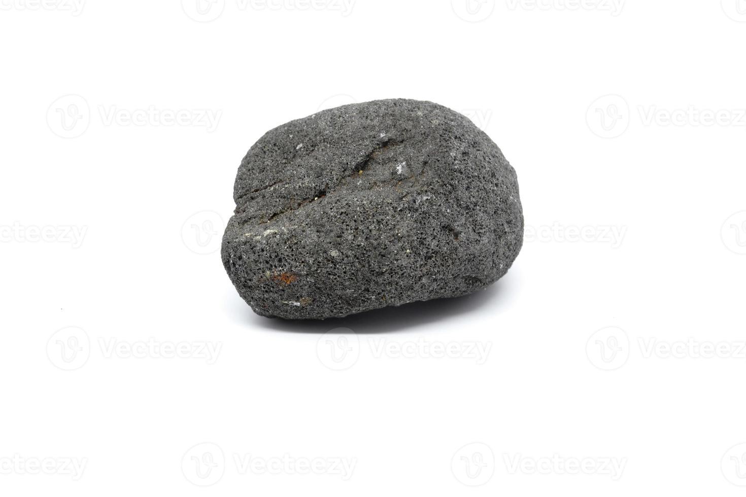 pedra de lava. seixo de pedra de lava isolado no fundo branco. Rocha ígnea. foto