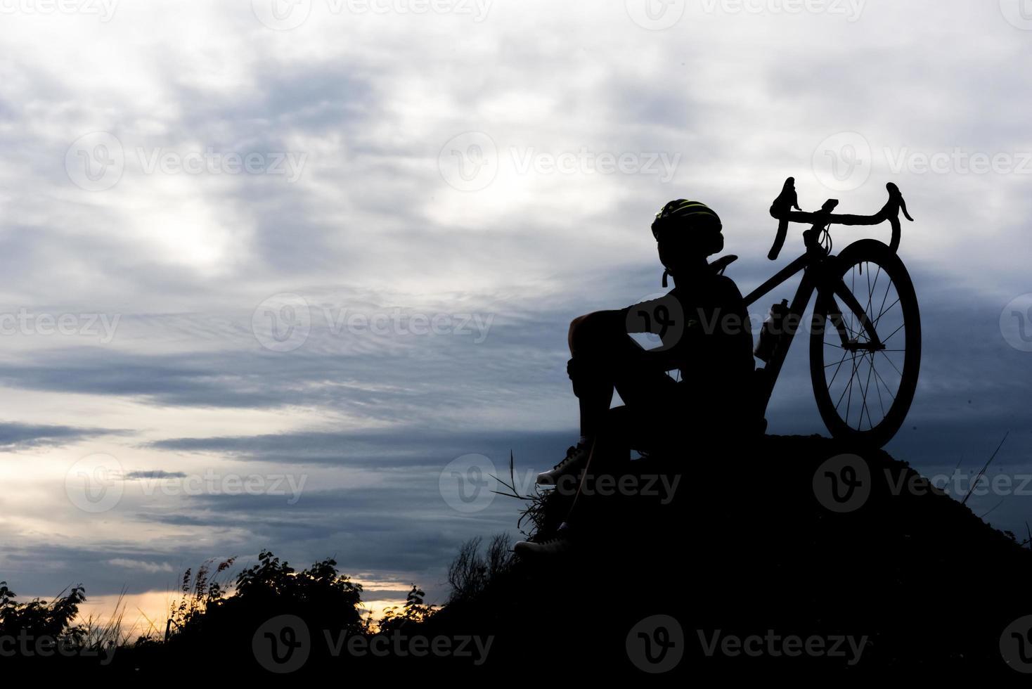 silhueta bicicleta ciclismo homem na colina. relaxe e esporte conceito foto