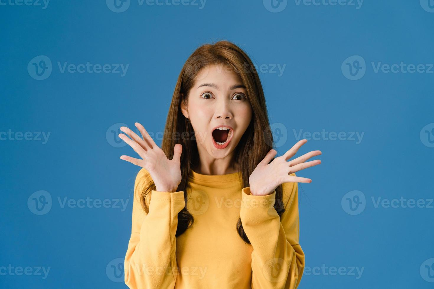 jovem sentindo felicidade alegre surpresa funky sobre fundo azul. foto