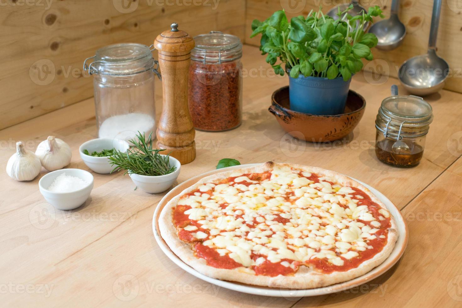 tradicional pizza italiana margherita com tomate, queijo mussarela foto
