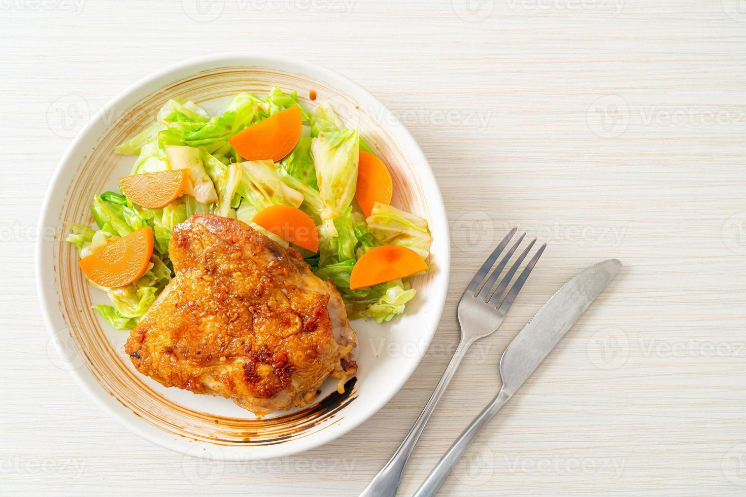 bife de frango teppanyaki com repolho e cenoura foto