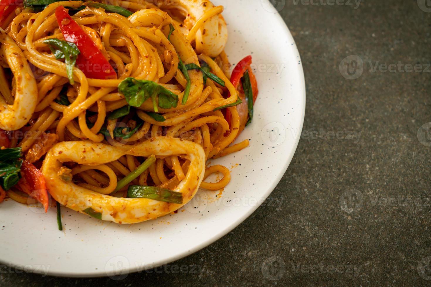 espaguete frito com ovo salgado e lula foto
