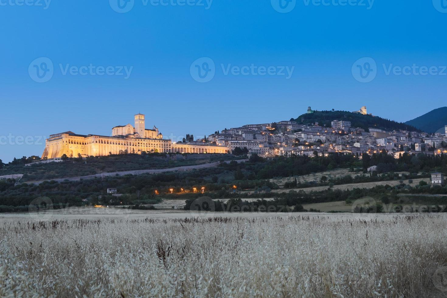Basílica de Assis à noite, região de umbria, itália. foto