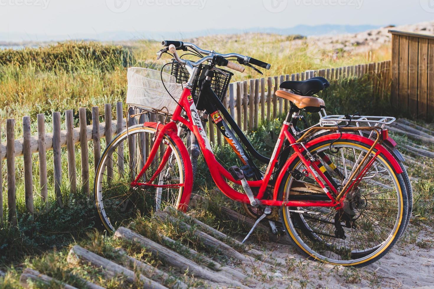 bicicletas na praia de illetes em formentera na espanha em tempos de covid 19 foto
