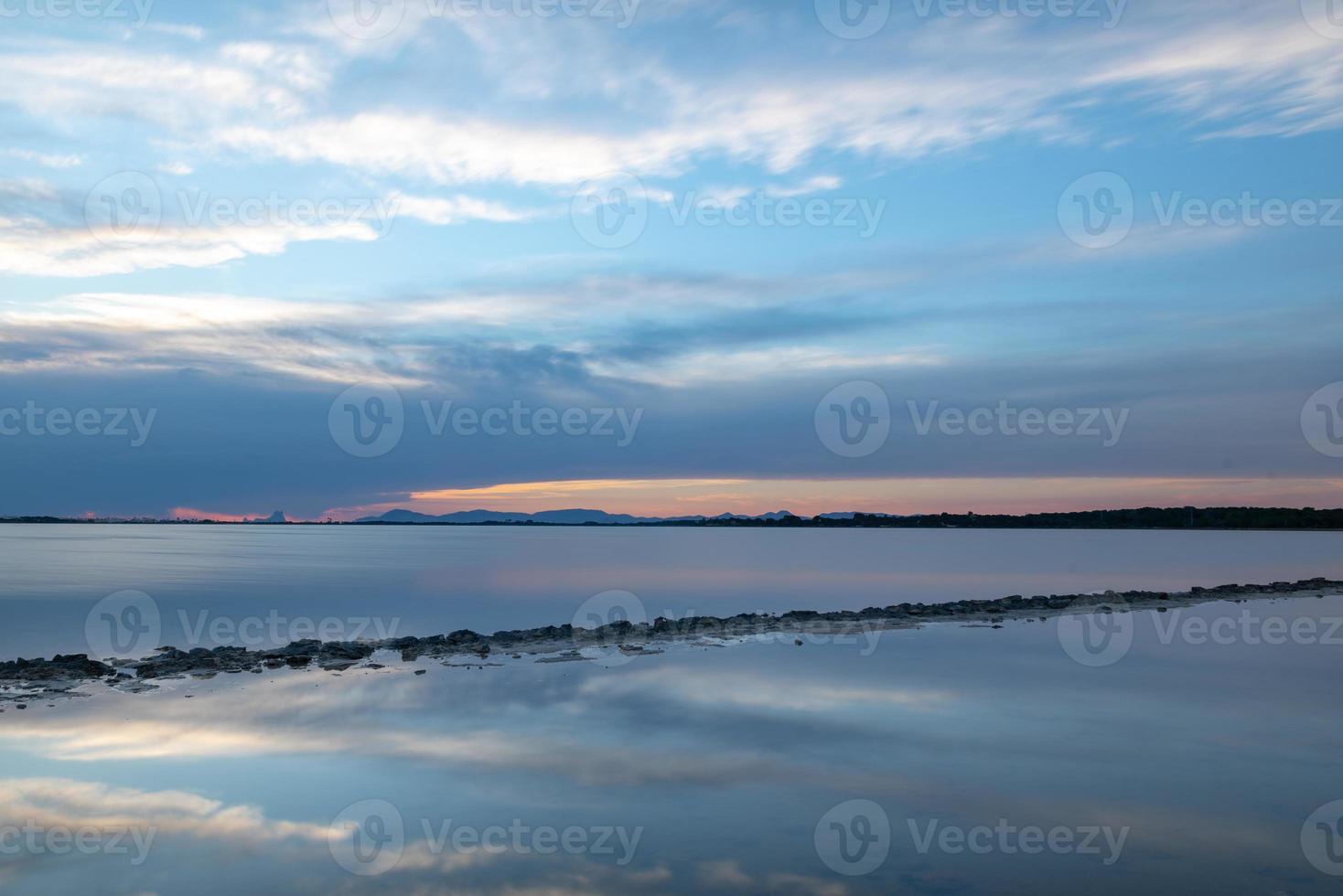 pôr do sol no estany pudent nas ses salines natural foto