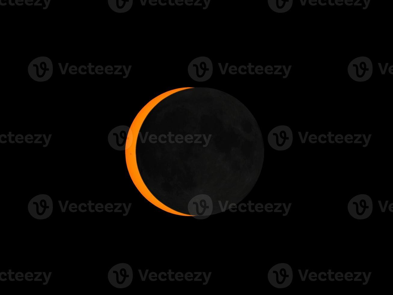 sol eclipsado pela lua foto