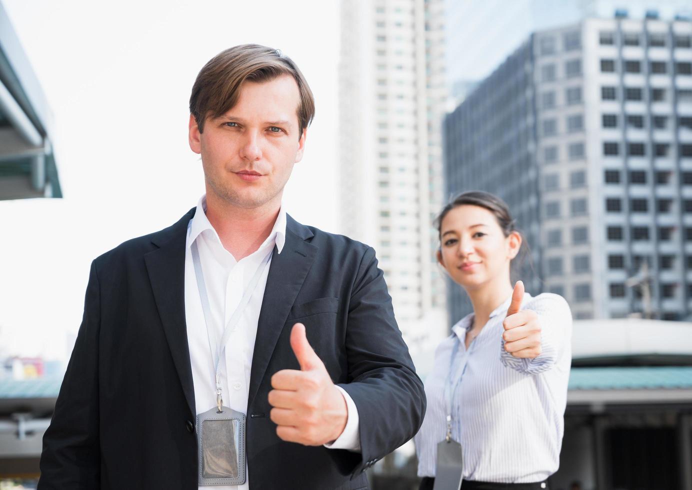 equipe de retrato de empresário e mulher mostrando os polegares foto