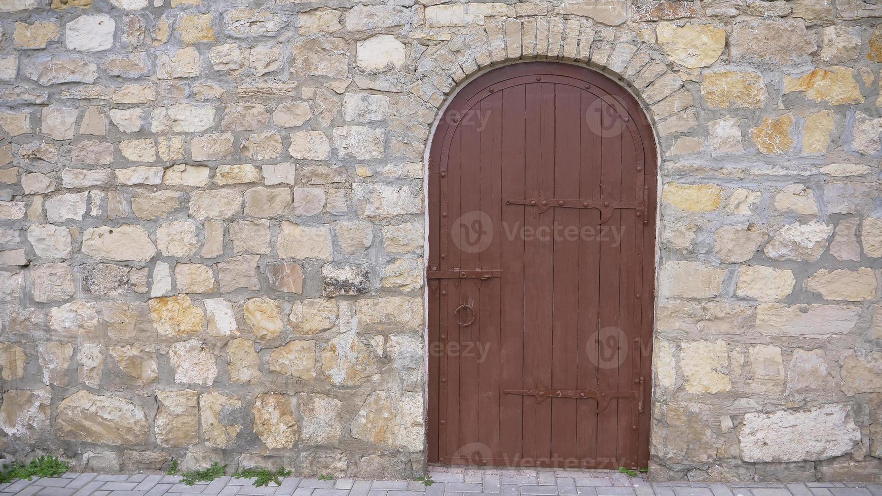 parede de tijolo de pedra vintage retrô e fundo de porta de madeira velha foto