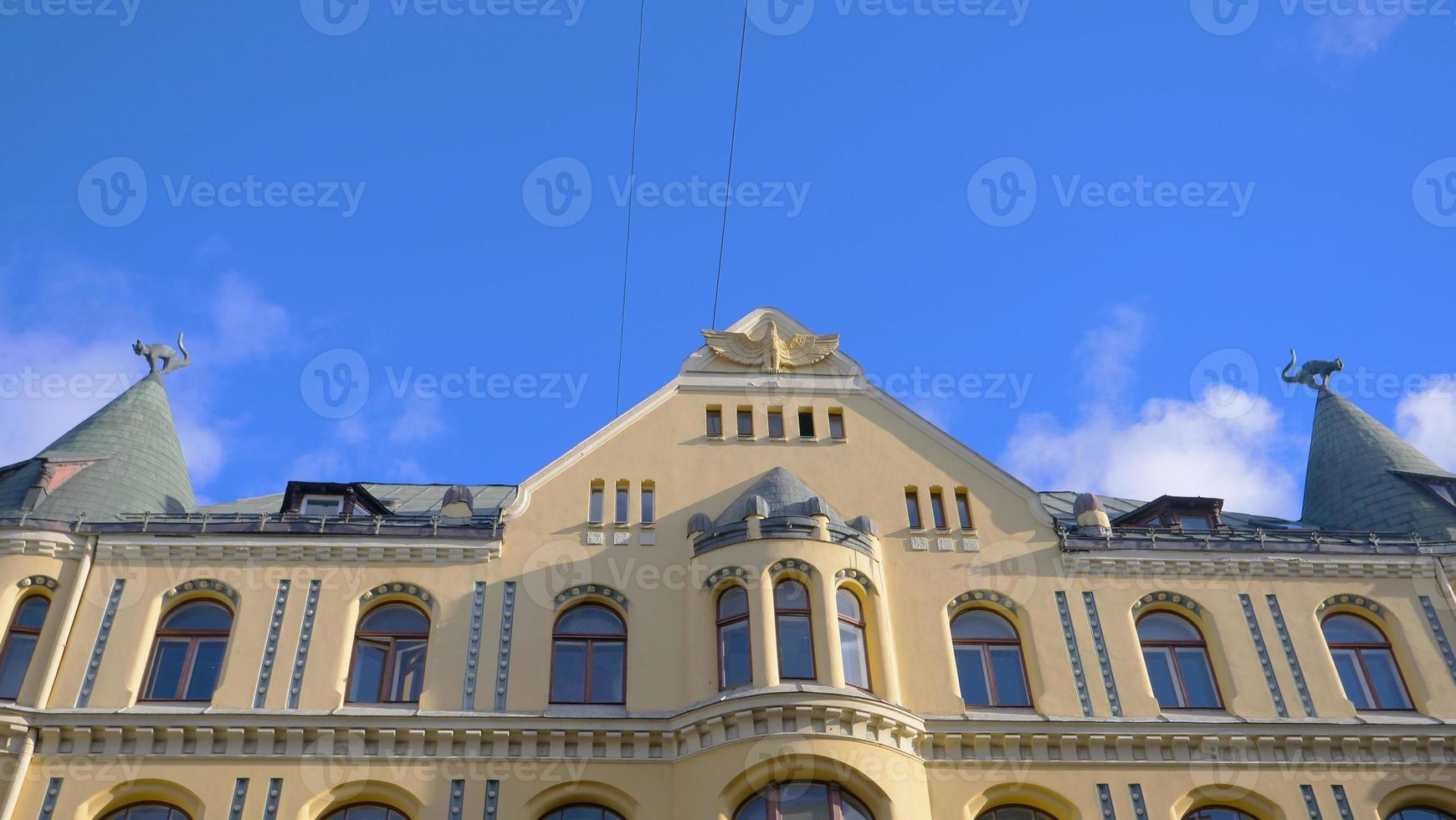 famosa paisagem da arquitetura da casa do gato na cidade velha da Letônia foto