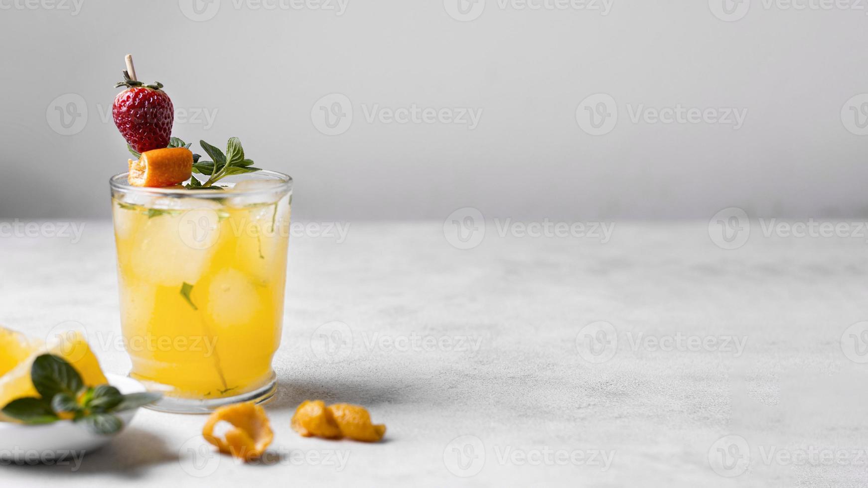 delicioso coquetel de frutas com espaço de cópia foto