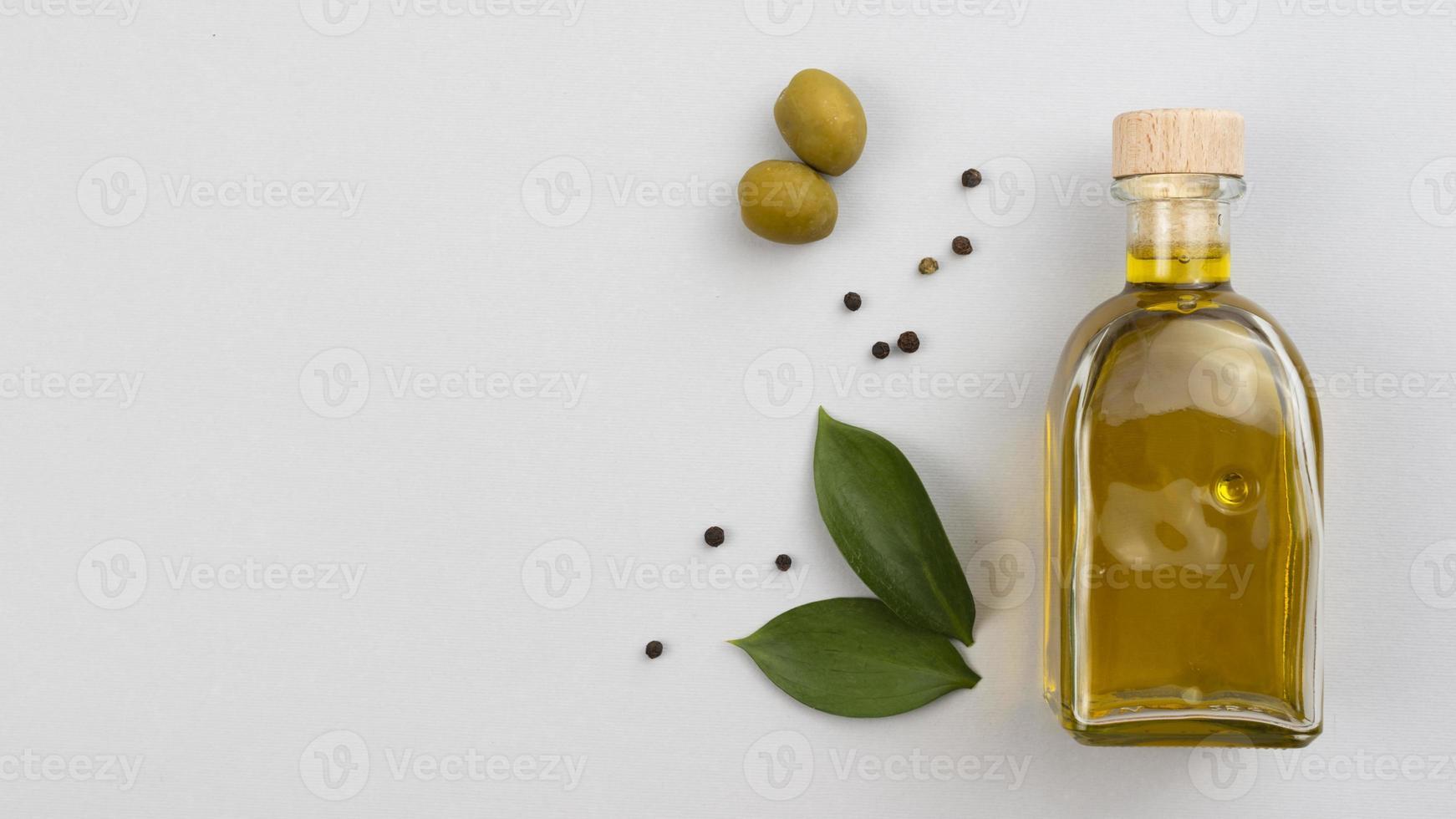 garrafa de azeite com folhas foto