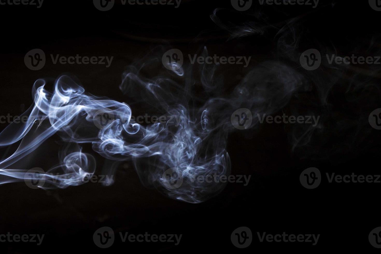 fumaça branca sobre fundo preto foto