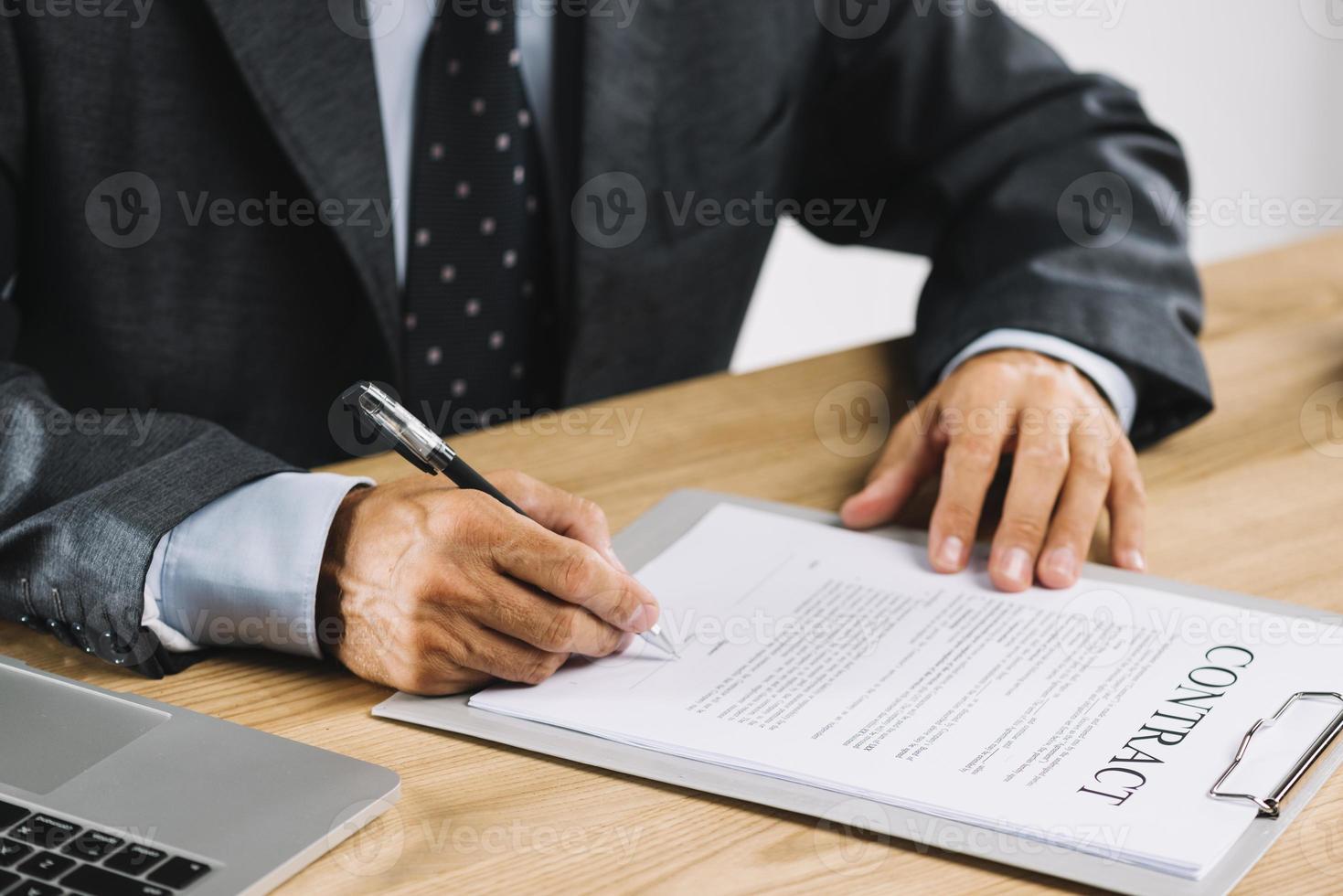 advogado assinando contrato com caneta foto