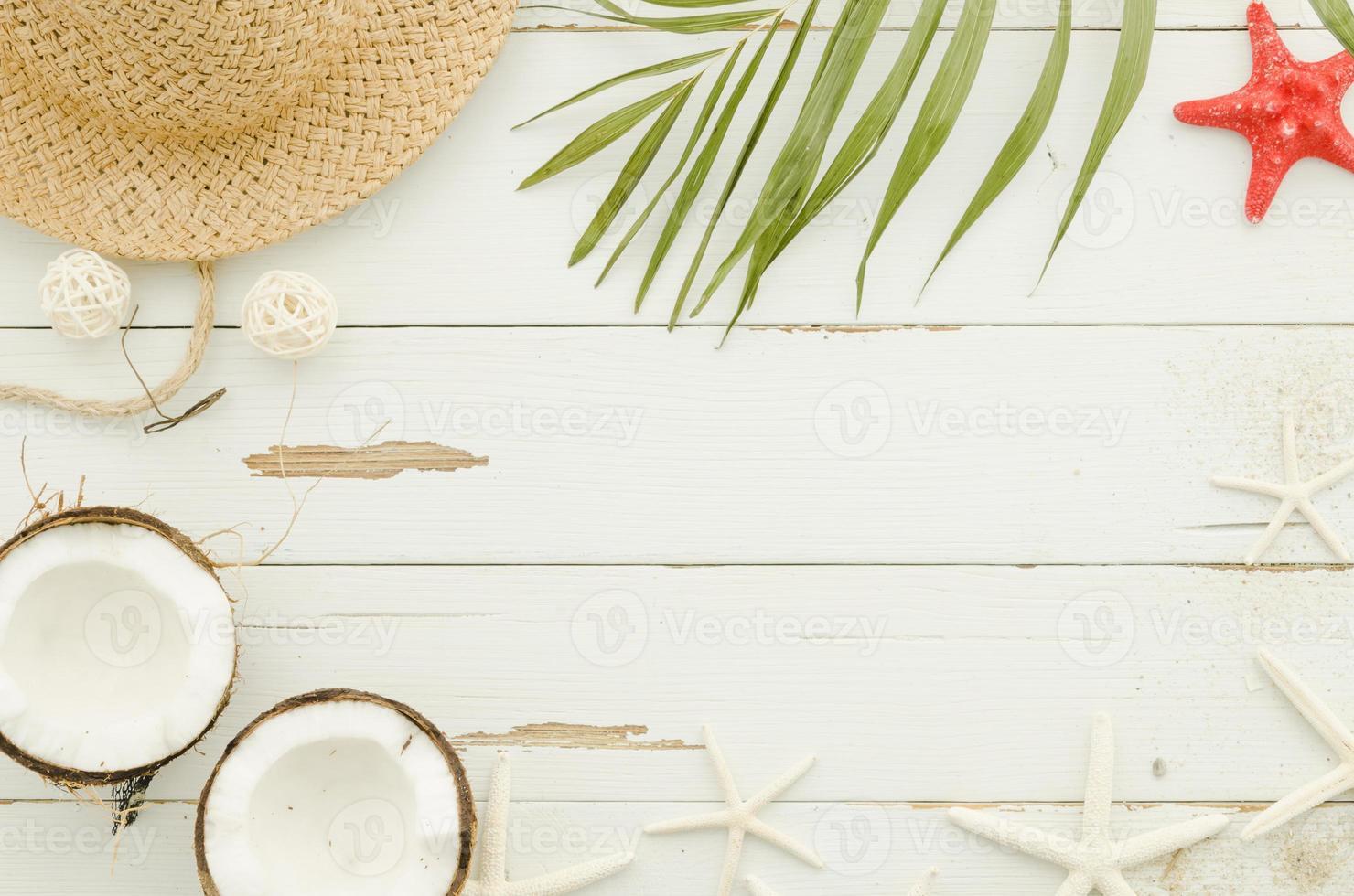 chapéu de palha, estrelas do mar e folha de palmeira foto