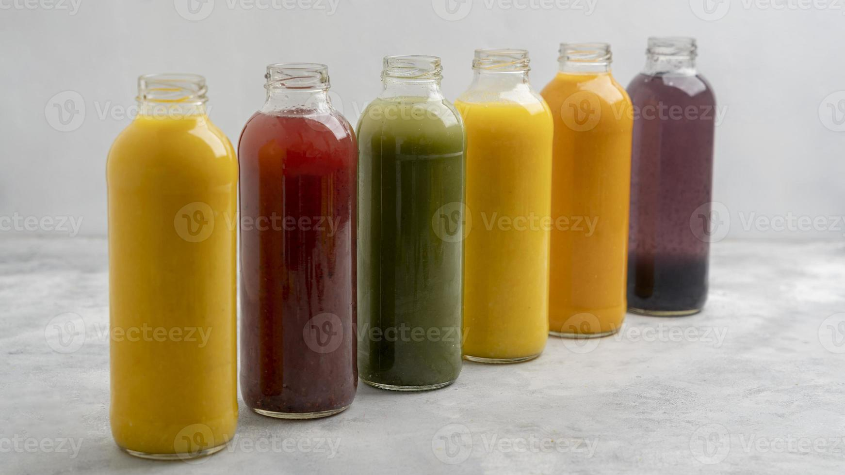 variedade de garrafas de suco saudáveis foto