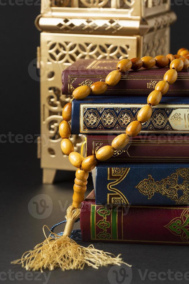 close up de objetos islâmicos de ano novo com Alcorão foto