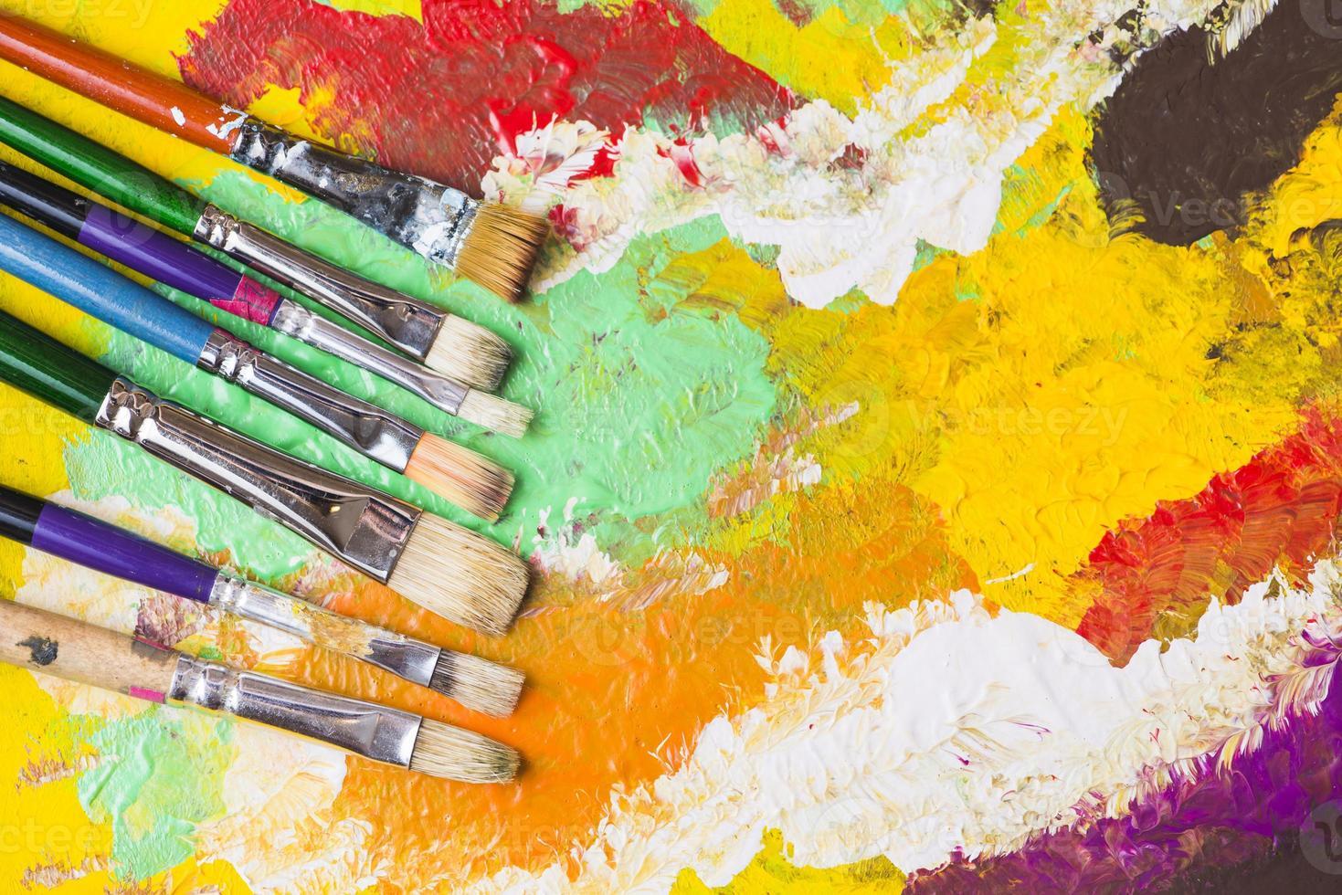 pincéis sobre fundo colorido foto
