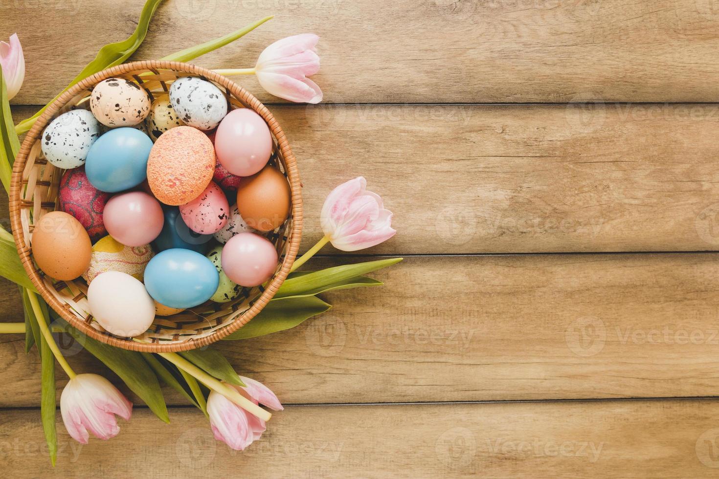 tulipas em volta de uma tigela com ovos foto