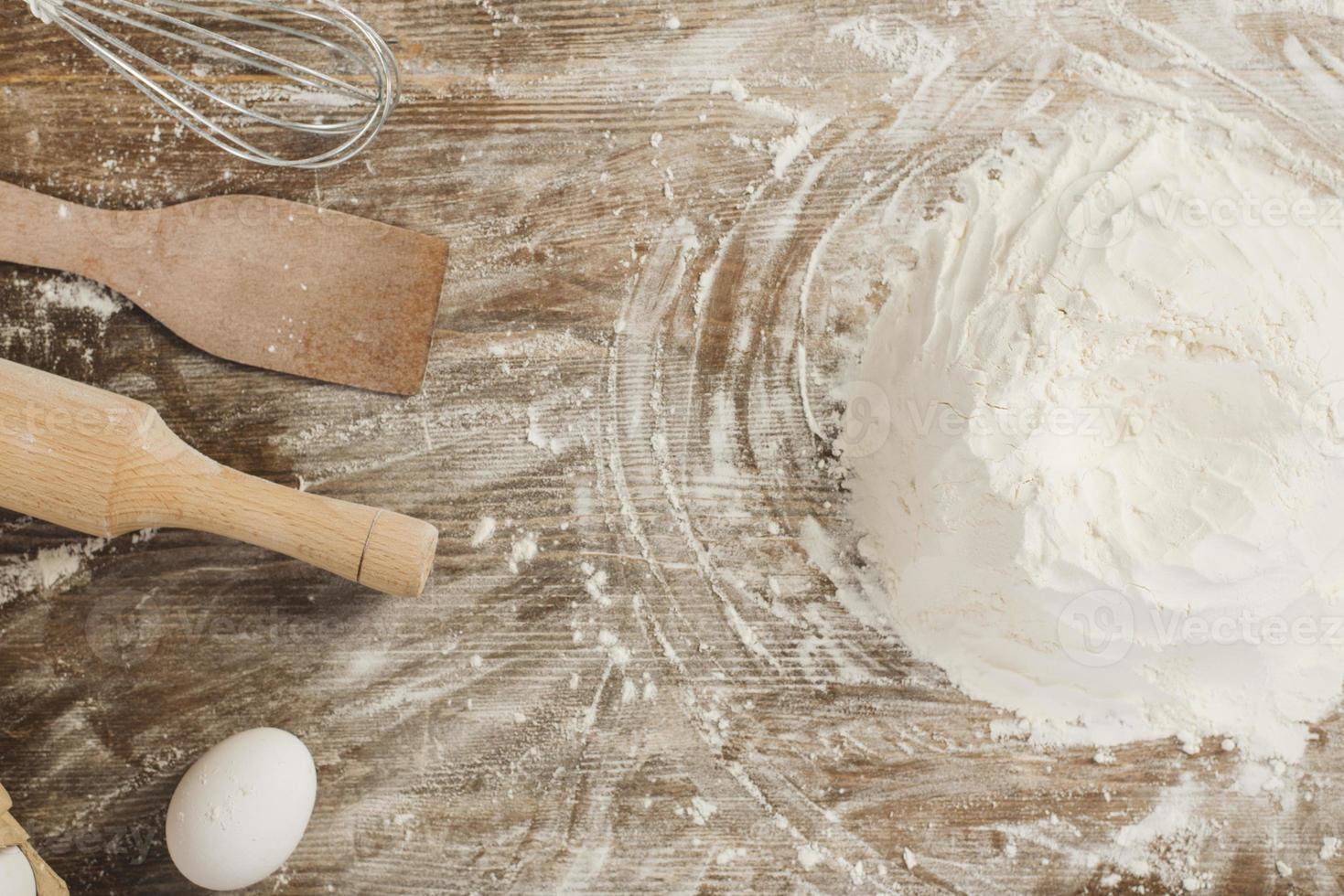 vista superior da farinha na superfície de madeira foto