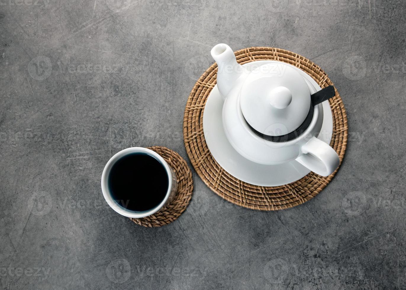 xícara de chá de porcelana branca e bule, configuração de mesa de chá da tarde foto