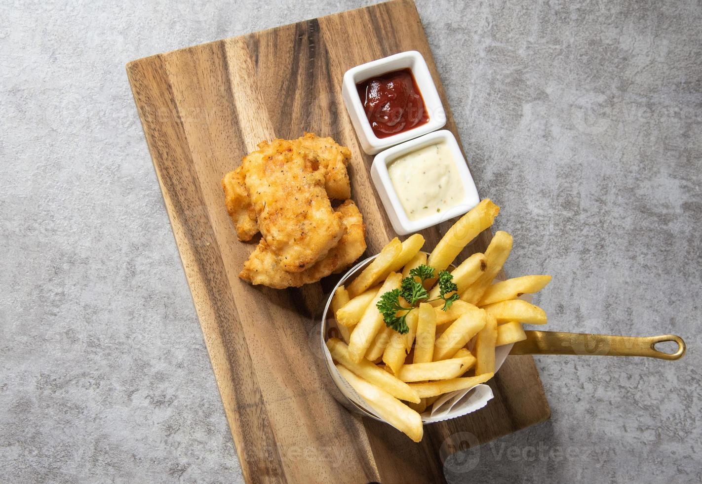 tradicional fish and chips britânico com batatas fritas foto