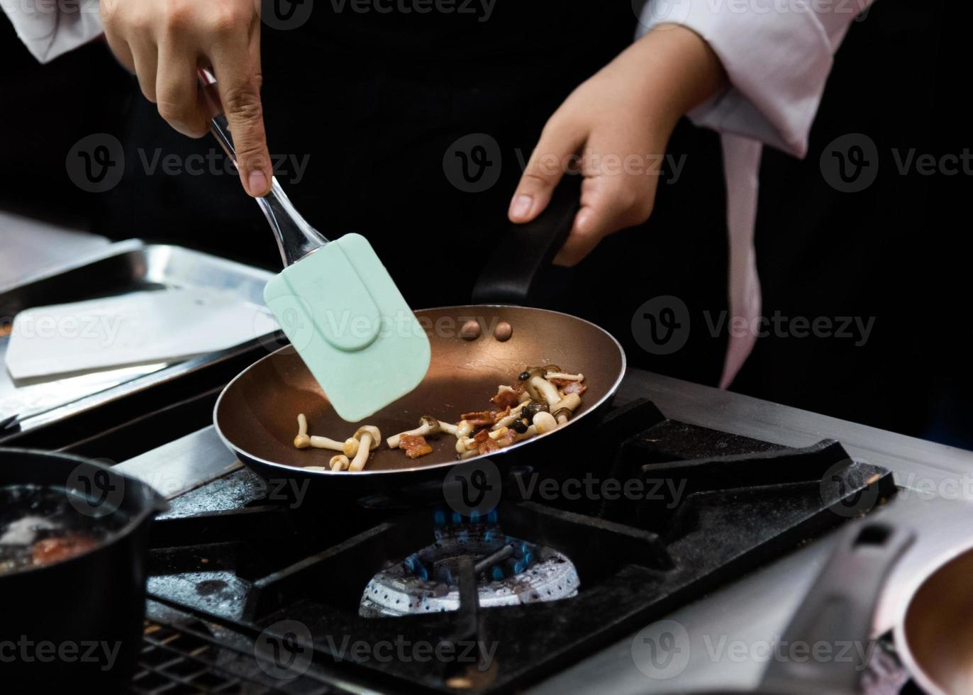 chef cozinhando comida, refeição, na cozinha foto