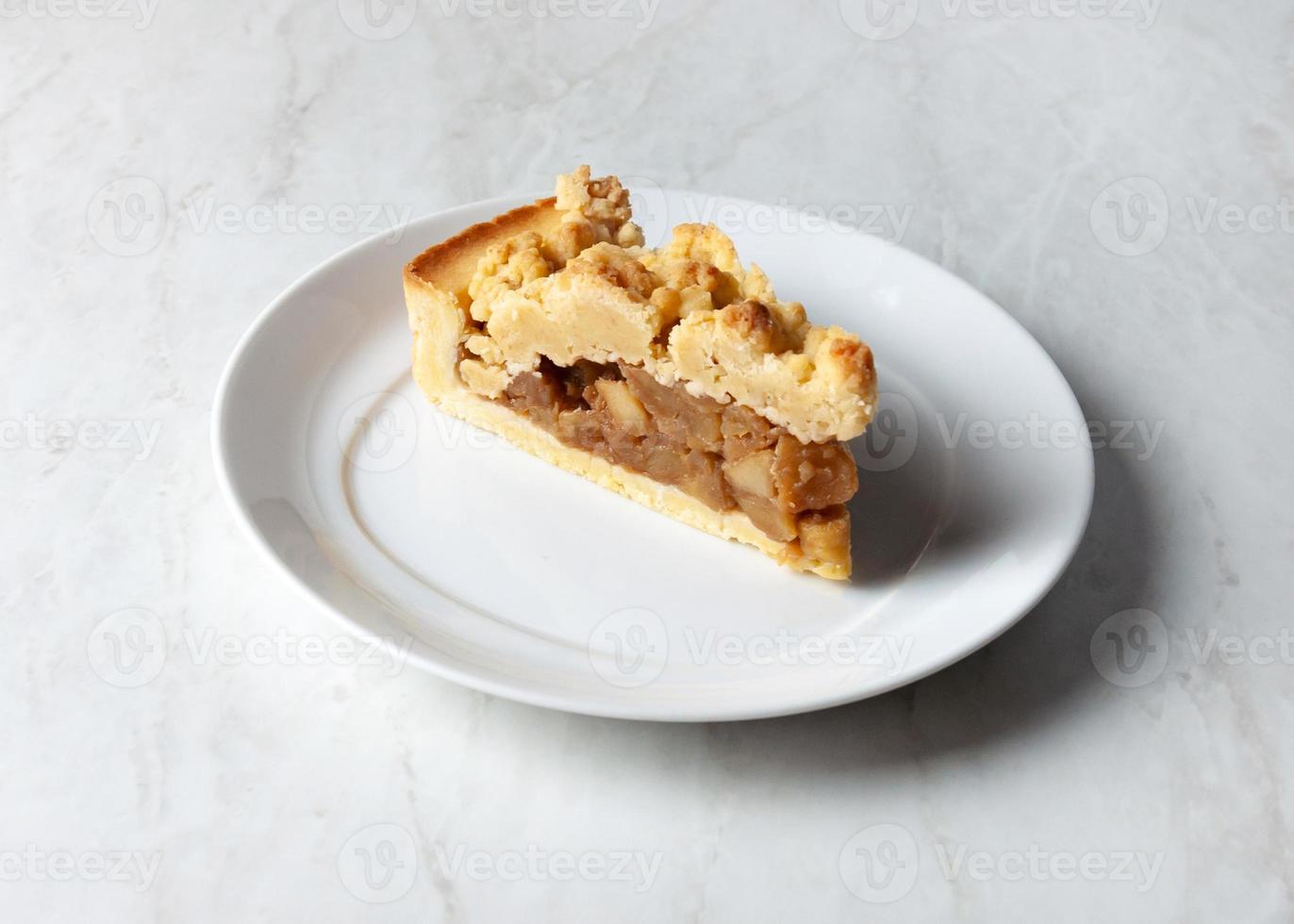 delicioso bolo de maçã crumble em um prato branco foto