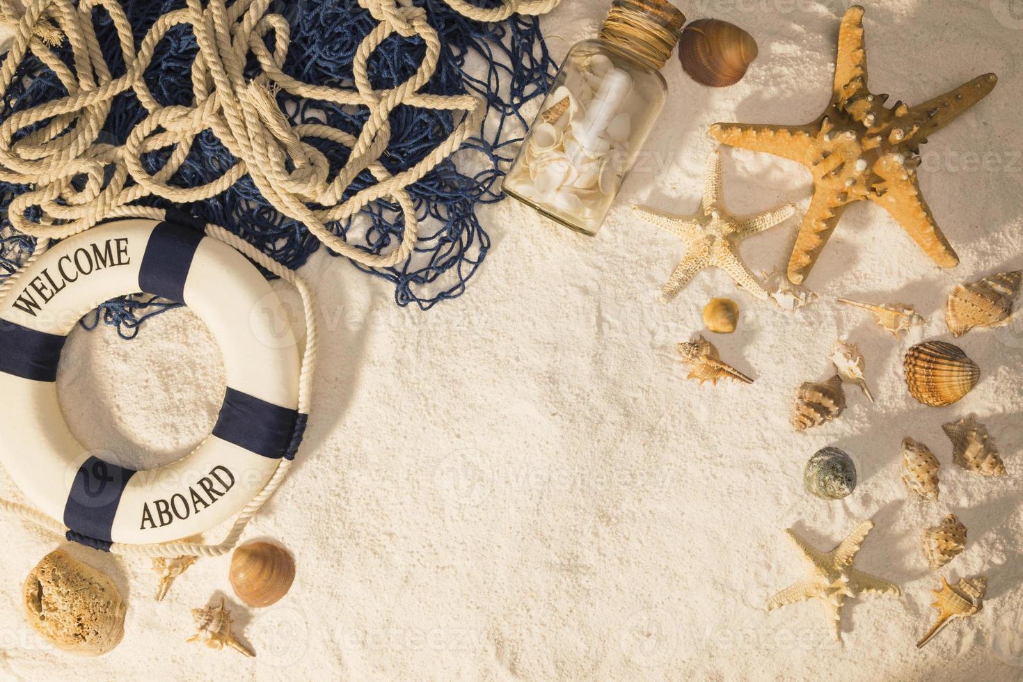 composição marinha na areia foto