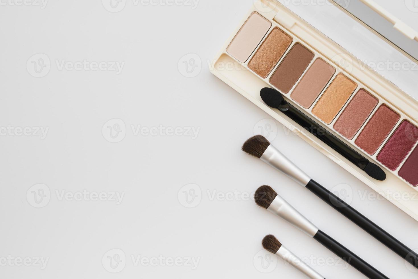 ferramentas de maquiagem em fundo branco foto
